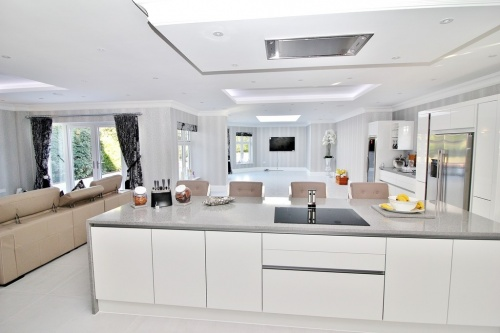 Entertaining kitchen using concealed NEFF extractor fan - designed by Victoria Anderson