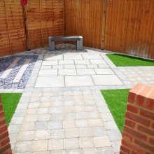 Elliotts Tadley landscaping display – paving slabs and block paving